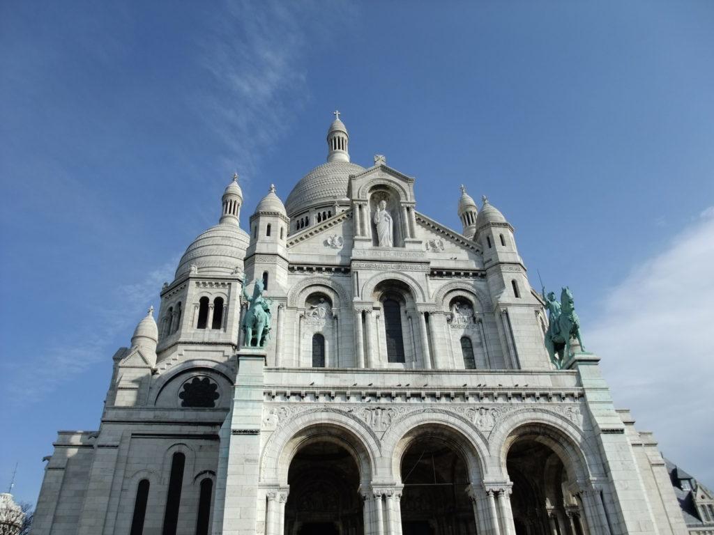 春の日差しに白が映えるサクレクール聖堂