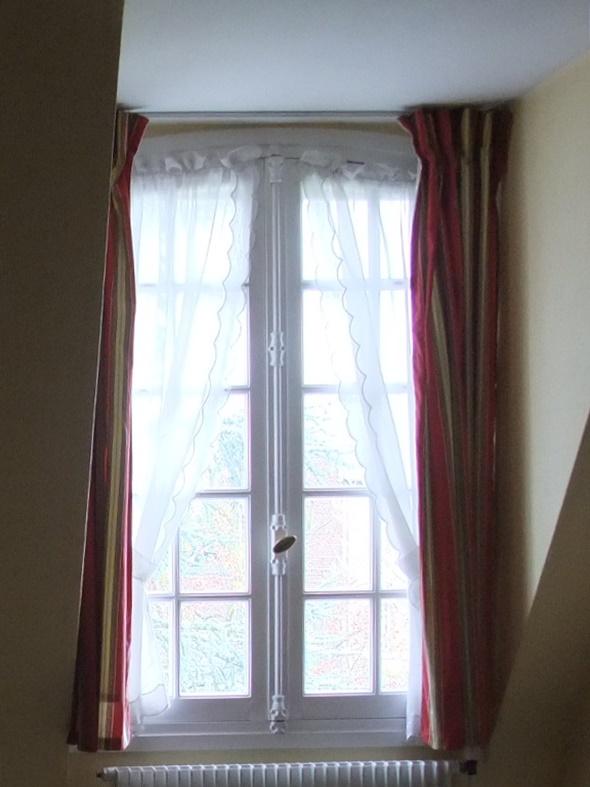 ホームステイ先の部屋の窓