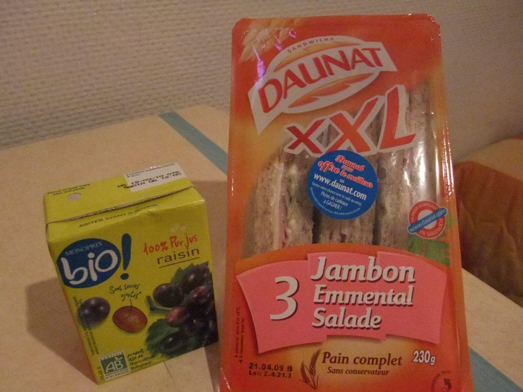 bioのジュースとサンドイッチ