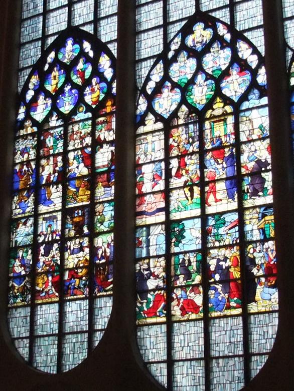 聖ジャンヌダルク教会 ネッサンスのステンドグラス1