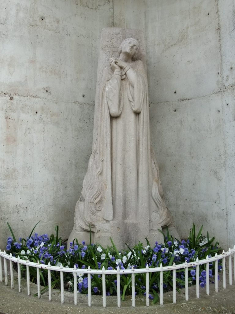 聖ジャンヌダルク教会の外にあるジャンヌダルク像