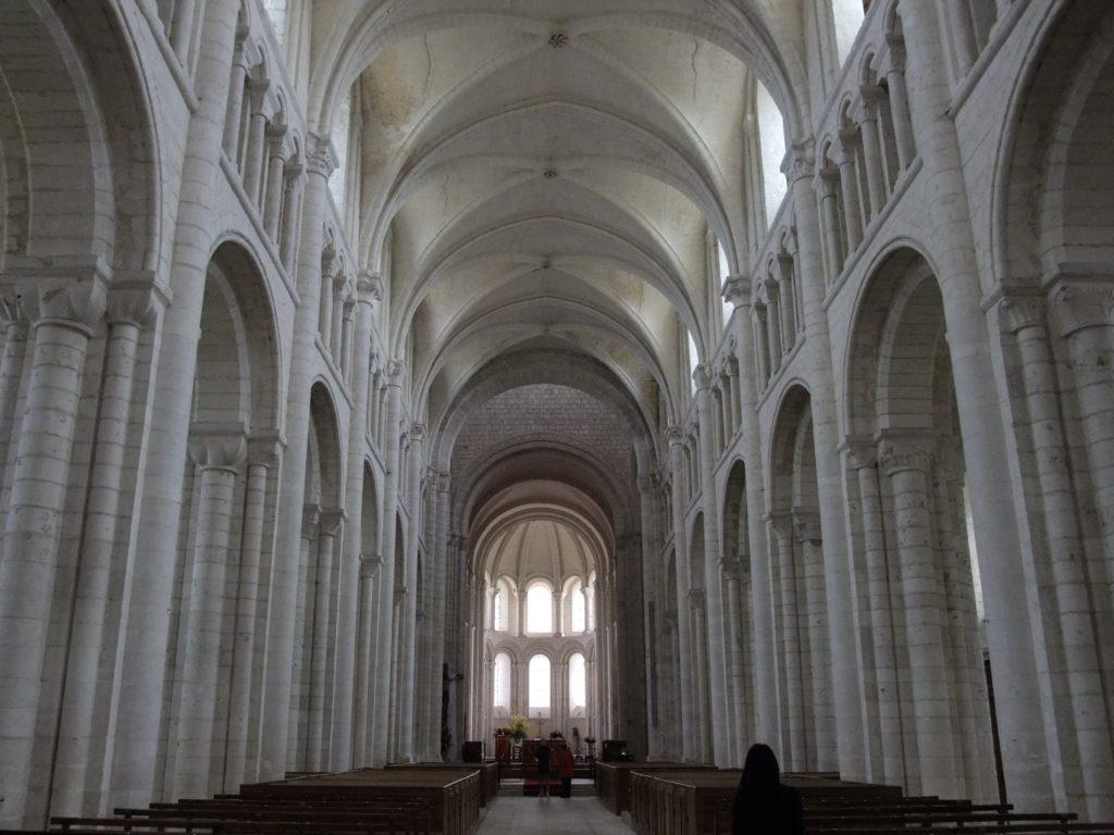 サン・ジョルジュ・ド・ボシェルヴィル修道院 入り口から主祭壇を見る