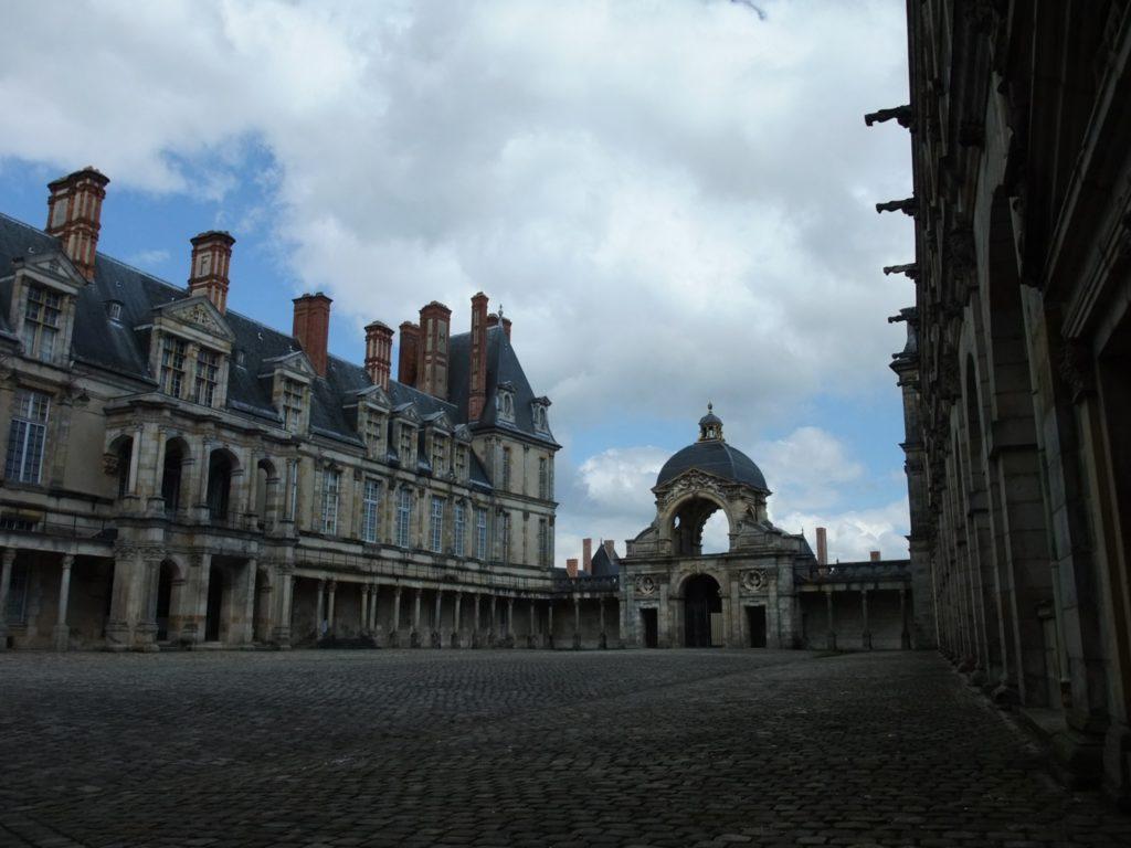 フォンテーヌブロー宮殿の楕円形の中庭