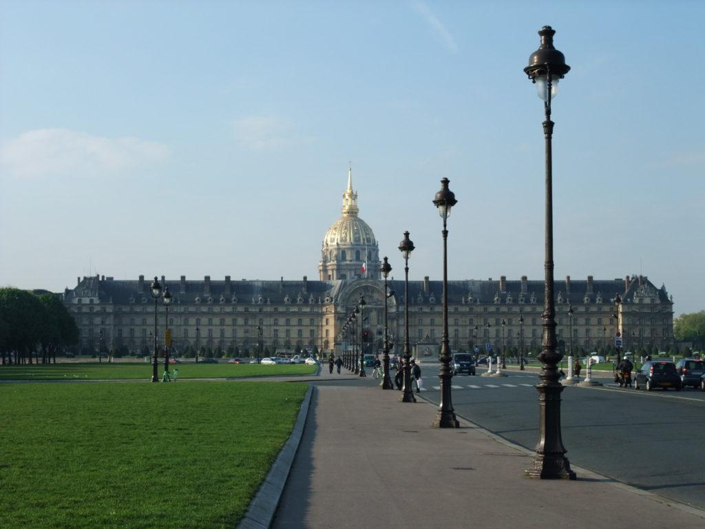 パリ アンヴァリッド遊歩道 からみるレザンヴァリッド