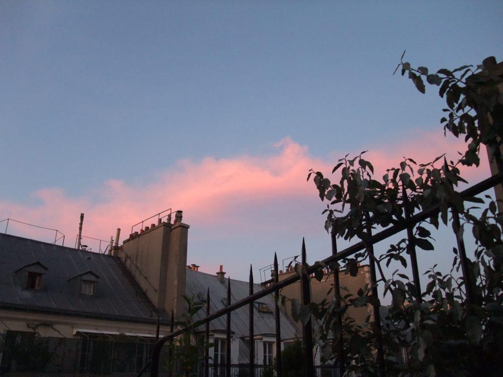 ホテルのバルコニーから見えるパリの夕空