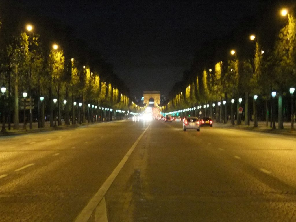 パリ 夜のシャンゼリゼ通り