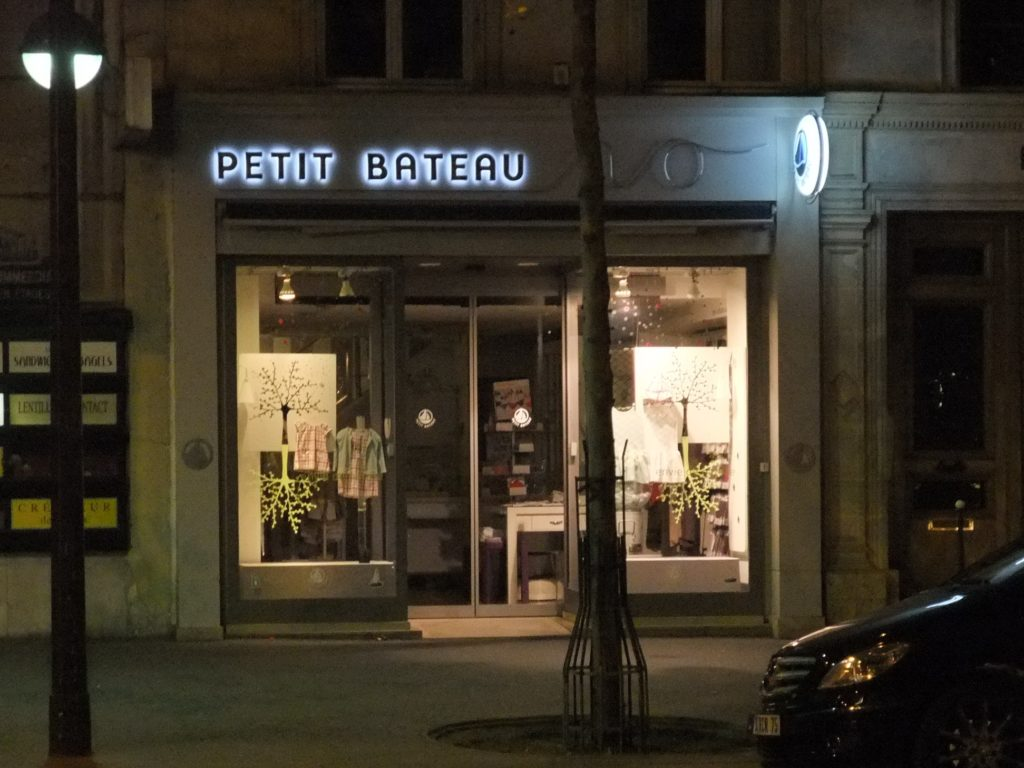 パリ ライトアップされた PETIT BATEAU