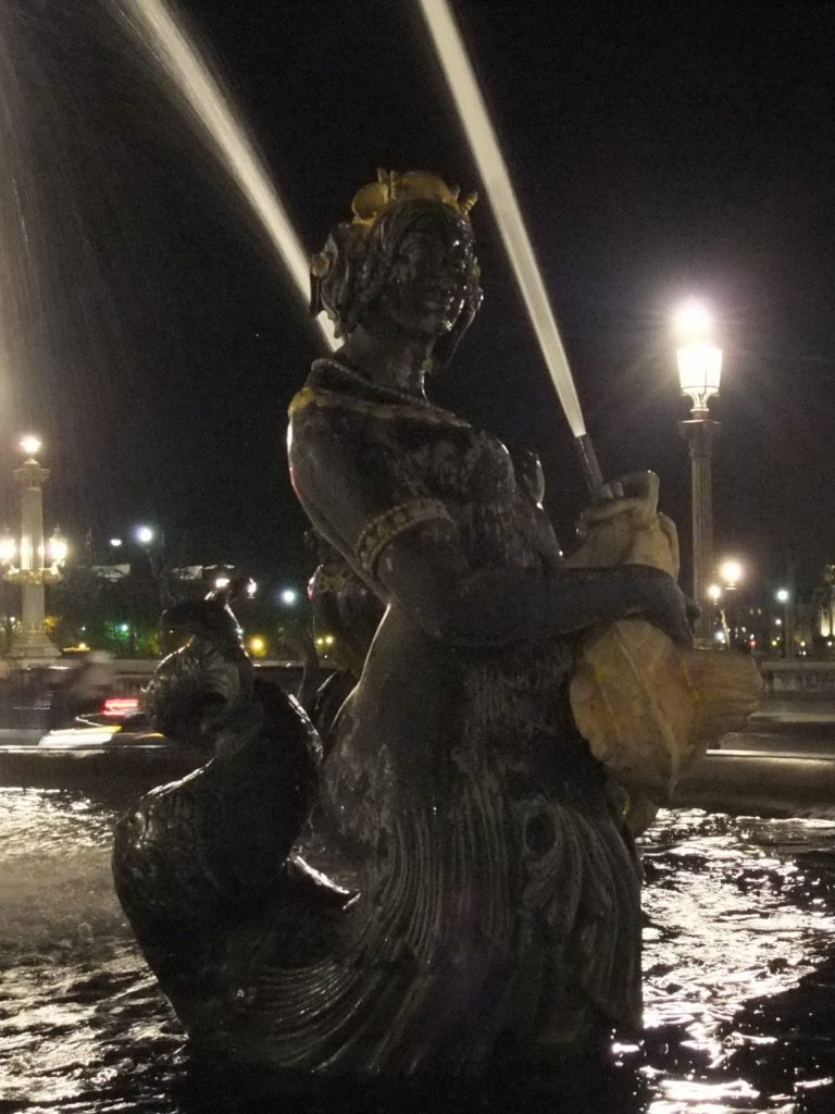 夜のコンコルド広場の噴水