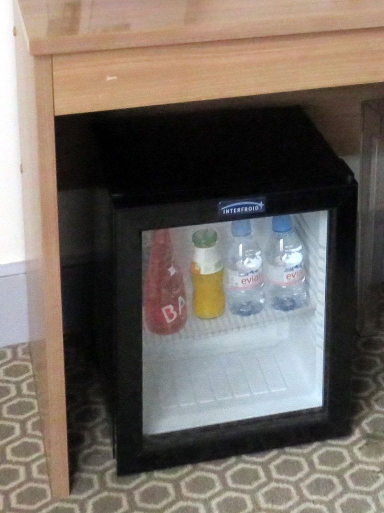 ホテルの客室内に設置されているミニバー